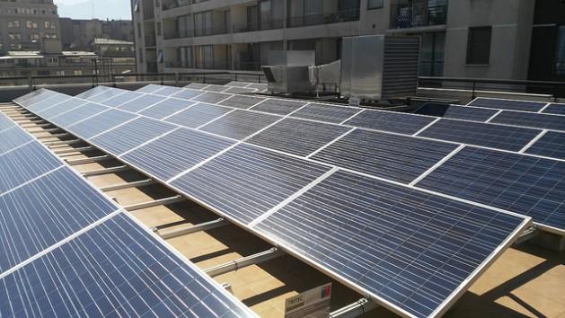 Los paneles solares son la parte de la geografía de variados países en América Latina, en particular en instituciones públicas, como estos instalados en el techo del Ministerio de Medio Ambiente de Chile. Crédito: Marianela Jarroud/IPS
