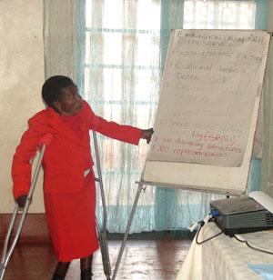 La activista Zipha Moyo realiza una presentación en Harare sobre la exclusión de las personas con discapacidad de los programas contra el VIH/sida. Crédito: Jeffrey Moyo / IPS