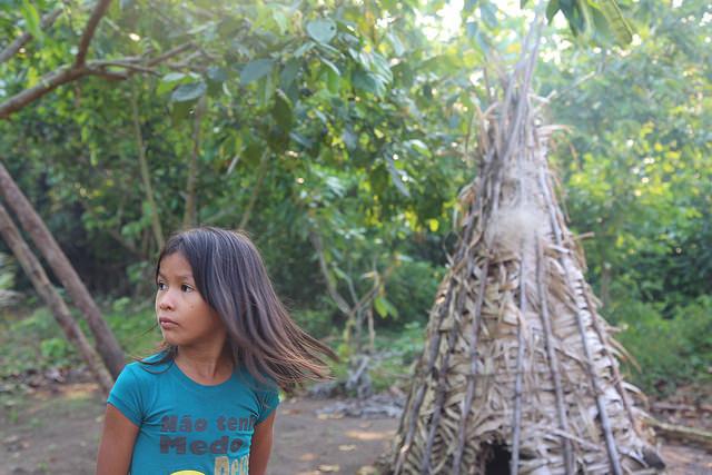 Niña de la aldea indígena Sawré Muybu en el curso medio del río Tapajós, entre los municipios de Itaituba y Trairao, estado de Pará, Brasil. Crédito: Fabiana Frayssinet/IPS.