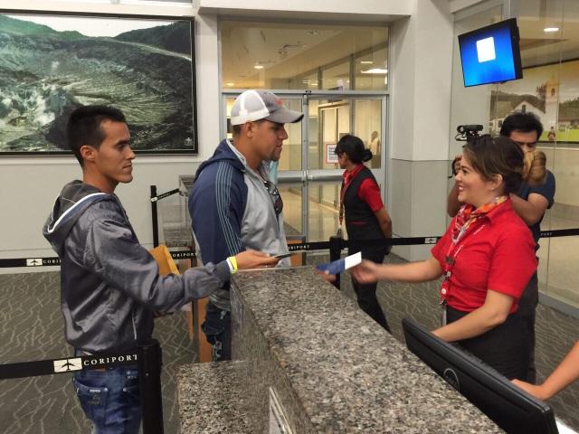 Uno de los 180 viajeros cubanos del vuelo chárter que la noche  del martes 12 de enero permitió a un primer grupo de migrantes del país caribeño volar desde el Norte de Costa Rica hacia San Salvador, para desde allí proseguir hacia su destino final: Estados Unidos. Crédito: Ministerio de Relaciones Exteriores de Costa Rica