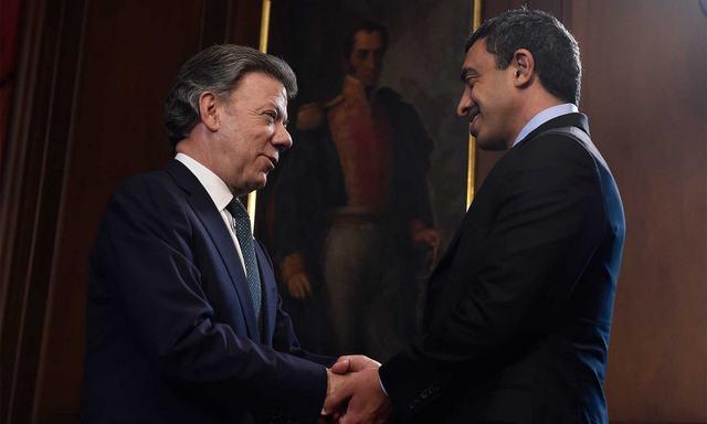 El presidente de Colombia, Juan Manuel Santos, saluda al ministro de Asuntos Exteriores de Emiratos Árabes Unidos, Abdullah bin Zayed al Nahyan, en la Casa de Nariño, sede de la Presidencia del país, al comenzar el encuentro que sostuvieron el martes 9 de febrero en Bogotá, durante la visita del jefe de la diplomacia emiratí al país sudamericano. Crédito: Presidencia de Colombia