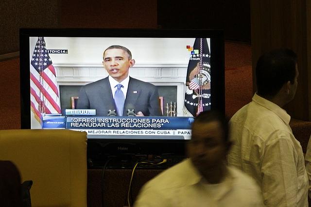 La imagen del presidente de Estados Unidos, Barack Obama, en la pantalla de un televisor en La Habana, anunciado el restablecimiento de relaciones diplomáticas con Cuba, el 17 de diciembre de 2014. Ahora, Obama podrá ser visto en persona por los habaneros, cuando visite el país el 21 y 22 de marzo. Crédito: Jorge Luis Baños/IPS
