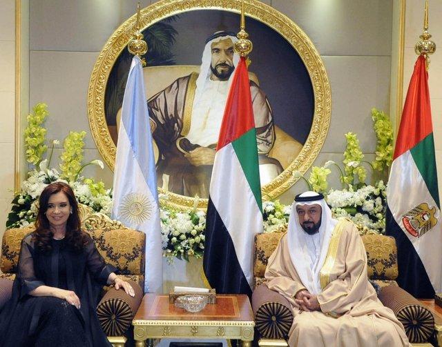 La entonces mandataria de Argentina, Cristina Fernández, y su anfitrión, el presidente de Emiratos Árabes Unidos, Khalifa bin Zayed al Nahyan, durante su encuentro en Abu Dhabi en enero de 2013, en el marco de una visita oficial al país del Golfo, en que se dio un gran impulso a las relaciones bilaterales. Crédito: Gobierno de Argentina