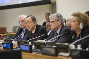 El secretario general de la ONU, Ban Ki-moon (segundo desde la izquierda) informa a la Asamblea General sobre la Cumbre Mundial Humanitaria que se realizará en mayo en Estambul. Crédito: Rick Bajornas/ONU