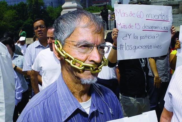 Periodistas mexicanos marchan en silencio en Ciudad de México en 2010, en protesta por la violencia y la intimidación que sufren los trabajadores de los medios de comunicación. Crédito: Fundación Knight / CC BY-SA 2.0