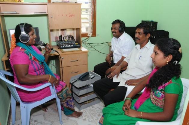El equipo de Sarathi Jhalak en acción. La emisora es una de las más de 200 radios comunitarias en toda India. Crédito: Sarathi Jhalak/IPS