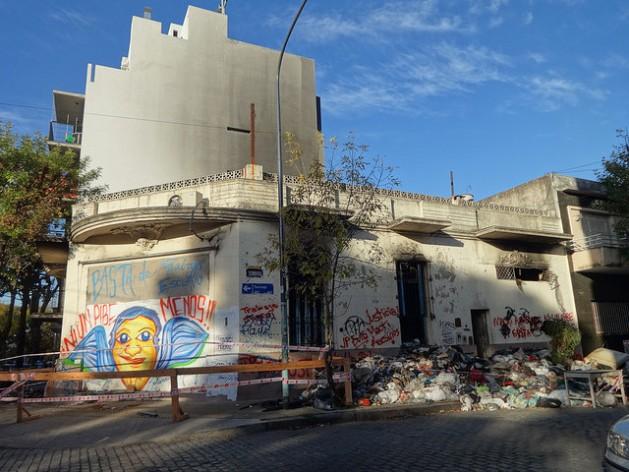Totalmente destruido quedó este taller textil clandestino en Buenos Aires, tras un incendio en abril de 2015, en que murieron dos niños bolivianos, que vivían en el local. La red Ropa Limpia surgió por la indignación ante aquella tragedia en Argentina, un país donde 30.000 personas trabajan en talleres ilegales de confección. Fabiana Frayssinet/IPS