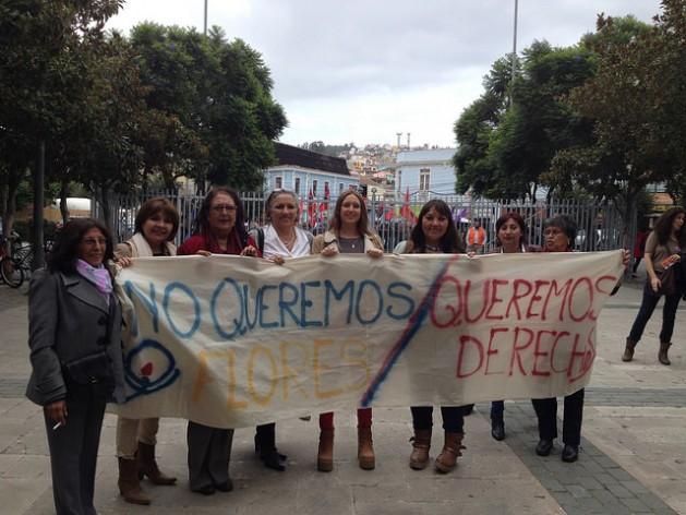 Un grupo de mujeres se apresta a ingresar al hemiciclo de la Cámara de Diputados para presenciar la sesión en la que se aprobó el proyecto de ley que despenaliza el aborto en tres causales, el 17 de marzo de 2016 en la ciudad de Valparaíso, sede del parlamento bicameral de Chile, a 45 kilómetros de Santiago. Crédito Fátima Castro/IPS