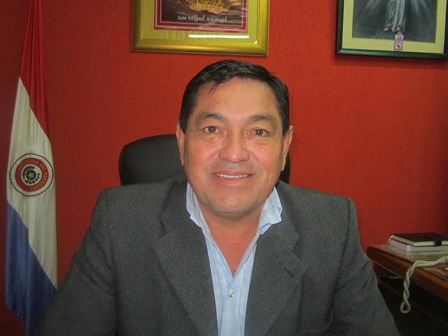 El intendente (alcalde) de Villeta, Teodosio Gomez, en su oficina. Está convencido de que su municipio será la capital industrial de Paraguay, gracias a emplazarse al margen del navegable río Paraguay y a contar con un floreciente parque industrial, a solo 45 kilómetros de Asunción. Crédito: Mario Osava/IPS