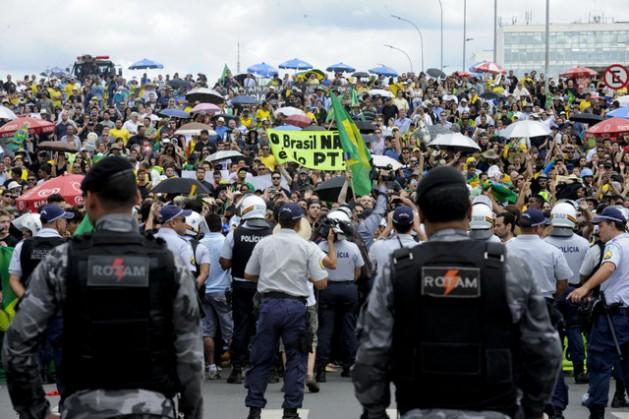 Manifestantes protestan este jueves 17, contra el nombramiento del expresidente Luiz Inácio Lula da Silva como superministro por la mandataria Dilma Rousseff, a las afueras del Palacio de Planalto, sede del gobierno en Brasilia. Crédito: Edilson Rodrigues/Agência Senado