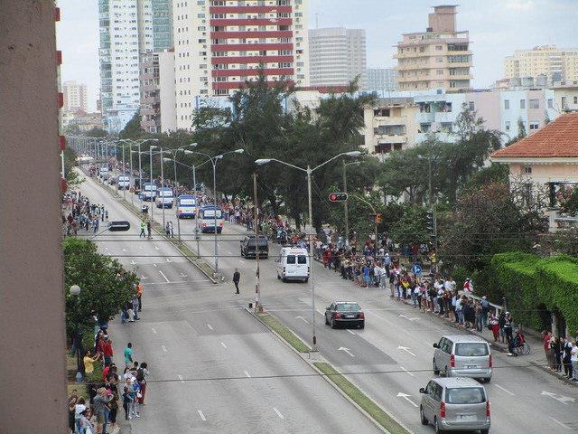 Grupos de personas se apostaron espontáneamente al paso de la comitiva del presidente de Estados Unidos, Barack Obama, por las avenidas de La Habana, en sus diferentes recorridos durante su visita oficial a Cuba, como en esta ocasión por la calle Línea, del barrio de Vedado, el lunes 21. Crédito: IPS