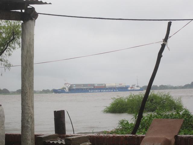 Una barcaza navega por el río Paraguay, uno de los más importantes de América del Sur, frente a la ciudad de Villeta, en cuyos alrededores hay varios puertos, públicos y privados, y un parque industrial que se ha convertido en el epicentro de la agroindustria de Paraguay, enfocada en procesar la soja, del que este pequeño país es uno de sus mayores exportadores. Crédito: Mario Osava/IPS