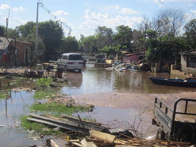 Una de las muchas calles de Bañado Norte que aún permanecían inundadas e intransitables en marzo de 2016, semanas después de la crecida del río en Asunción, en la capital de Paraguay, que obligó a desalojar sus pobres viviendas a cerca de 14.000 personas. Crédito: Mario Osava/IPS