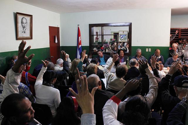 Un grupo de personas participa en uno de los debates que se multiplicaron por todo el país para discutir los proyectos de los documentos que después abordaría el VI Congreso del Partido Comunista de Cuba, de 2011. Una participación ciudadana que ha sido ajena a los preparativos del congreso que se realizará en abril. Crédito: Jorge Luis Baños/IPS