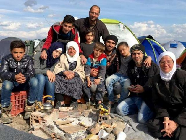 Miembros de siete familias de refugiados sirios, que antes no se conocían, llegaron juntos a las islas griegas y juntos siguen. Crédito: T.Karas/Acnur