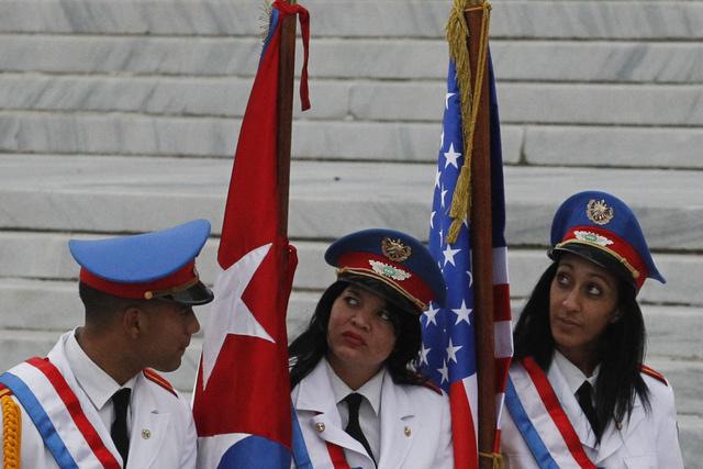 Integrantes del batallón de la guardia de honor de las Fuerzas Armadas Revolucionarias de Cuba aguardan la llegada del presidente estadounidense, Barack Obama, al Palacio de la Revolución, para un encuentro con el mandatario Raúl Castro, el lunes 21, en La Habana. Crédito: Jorge Luis Baños/IPS