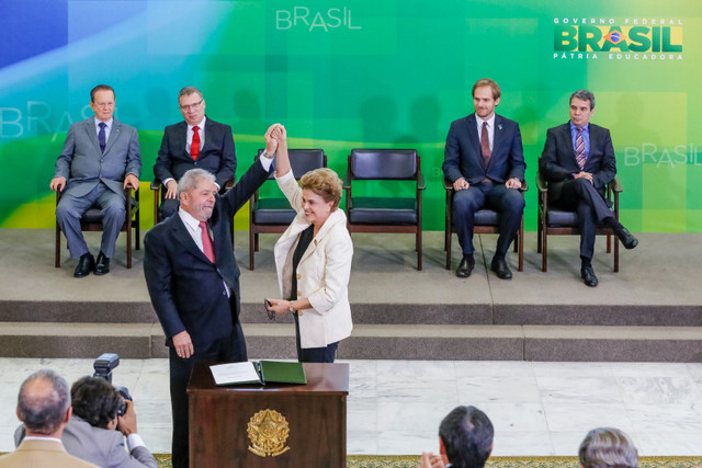 La mandataria de Brasil, Dilma Rousseff, alza el brazo de Luiz Inácio Lula da Silva, tras su asunción formal como ministro de la Jefatura de la Casa Civil da la Presidencia, en el Palacio de Planalto, sede en Brasilia de la Presidencia, este jueves 17 de marzo. Crédito: Ichiro Guerra/PR