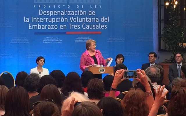 En un acto con especial solemnidad, la presidenta de Chile, Michelle Bachelet, presentó en enero de 2015 el proyecto de ley de despenalización de la interrupción voluntaria del embarazo en tres causales, una de las grandes promesas de su gobierno. Crédito: Presidencia de Chile