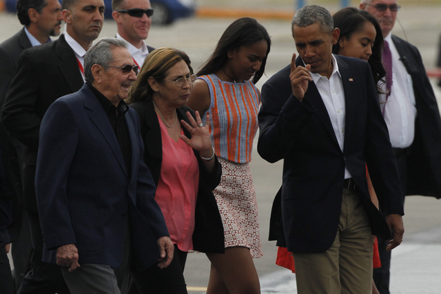 El  presidente de Cuba, Raúl Castro (izquierda), y de Estados Unidos,  Barack Obama, caminan por la pista del aeropuerto Internacional José Martí minutos antes de que el segundo concluyera su histórica visita oficial al país caribeño, que apuntaló la decisión de normalizar las relaciones entre los dos países, pese a sus diferencias. Crédito: Jorge Luis Baños/IPS