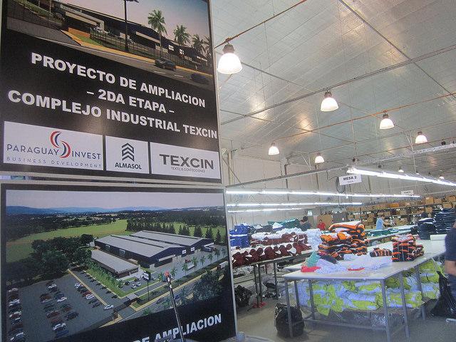 Depósito de telas de Texcin, detrás del cartel anunciando la ampliación de la planta industrial de la empresa brasileña con socios de Paraguay, instalada en las cercanías de Asunción. Crédito: Mario Osava/IPS