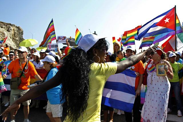 Activistas del colectivo de lesbianas, gays, bisexuales, transexuales e intersexuales (LGBTI) se organizan para el inicio de una festiva conga durante una de las jornadas en el país contra la homofobia y la transfobia, promovidas por el Centro de Educación Sexual, en una céntrica calle de La Habana, en Cuba. Credito: Jorge Luis Baños/IPS