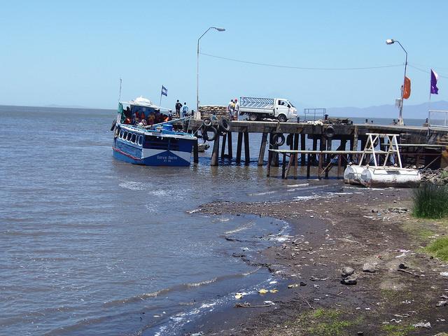 En el municipio de Moyogalpa, dentro de la isla de Ometepe en el lago Cocibolca, las lanchas locales tienen dificultades para navegar debido a la baja profundidad de sus aguas, por el impacto de la sequía que afecta a Nicaragua desde 2014. Crédito: Ramón Villareal Bello/IPS