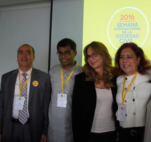El tunecino Ali Zeddini, Premio Nobel de Paz 2015 (izquierda), junto con el srilankés Danny Sriskandarajah, secretario general de Civicus, y otras dos participantes en Semana Internacional de la Sociedad Civil, que acoge Bogotá entre el 25 y el 28 de abril, con participación de 900 activistas de más de 100 países. Crédito: Constanza Vieira/IPS