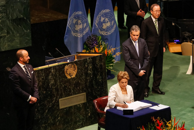 La presidenta de Brasil, Dilma Rousseff, firma el viernes 22 en la sede de las Naciones Unidas en Nueva York, el Acuerdo de París sobre cambio climático, en lo que probablemente será su último acto internacional antes de que el Senado le abra un juicio político, lo que la separaría del poder, mientras se decide o no su destitución. Crédito: Roberto Stuckert Filho/PR