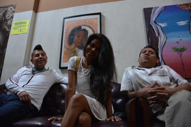 Artistas locales de San Salvador, Enrico Monches (Talapo),  Alondra Marcos, Marcos Visual Fine Art, reunidos en el Café Maktub. Crédito: Fernando Santillán/Pie de Página