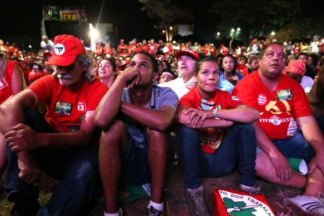 La desolación se adueñó de manifestantes a favor de la presidenta Dilma Rousseff, el domingo 17, en la explanada ante la Cámara de Diputados, en Brasilia, a medida que la votación evidenciaba la votación abrumadora a favor de abrir un proceso de destitución contra la mandataria. Crédito: Fábio Rodrigues Pozzebom/ Agência Brasil