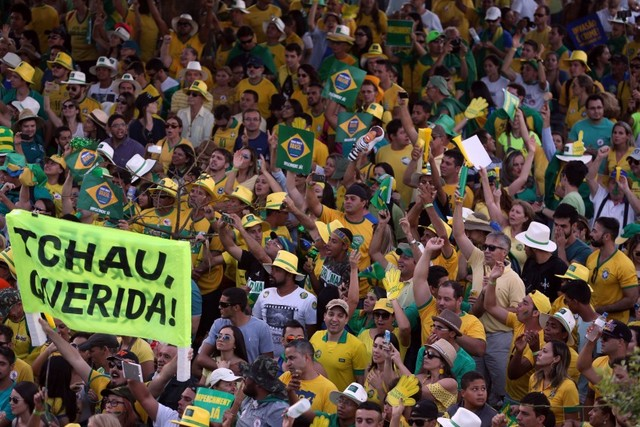 """Manifestantes del sector de la población favorable a la salida del poder de la presidenta Dilma Rousseff, muestran su alegría el domingo 17 en la explanada ante el parlamento brasileño, al conocerse el voto favorable a la apertura del juicio político en su contra. """"Chao querida"""", reza una de sus pancartas. Crédito: Fábio Rodrigues Pozzebom/ Agência Brasil"""