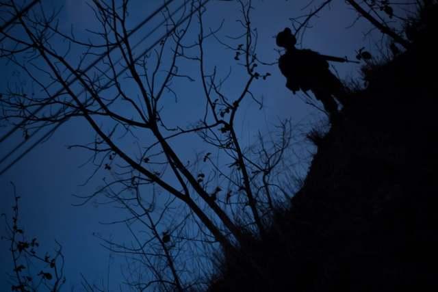 Un soldado de El Salvador en medio de la oscuridad en la frontera con Honduras, otro país sumergido en la violencia criminal que asola a América Central. Crédito: Ximena Natera y Fernando Santillán/A Pie de Página