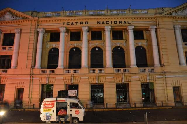 El Teatro Nacional de San Salvador es lo que divide, en el centro de la capital salvadoreña, los territorios de las pandillas MS y B18. Crédito: Ximena Natera y Fernando Santillán/A Pie de Página
