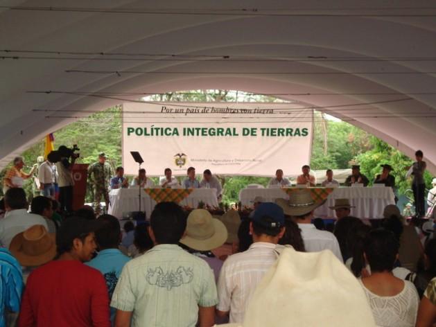 Una reunión para discutir la restitución de tierras en Colombia, a los campesinos víctimas de su despojo durante el largo conflicto armado, una realidad a la que las Directrices voluntarias sobre la gobernanza de la tenencia de la tierra pueden contribuir a solucionar. Crédito: Helda Martínez/IPS