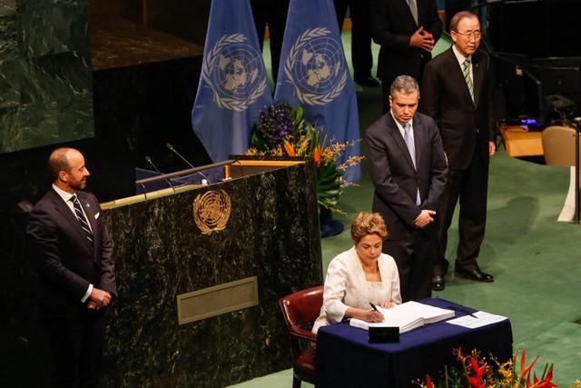 La presidenta de Brasil, Dilma Rousseff, firma el viernes 22 en la sede de las Naciones Unidas en Nueva York, el Acuerdo de París sobre cambio climático. Crédito: Roberto Stuckert Filho/PR