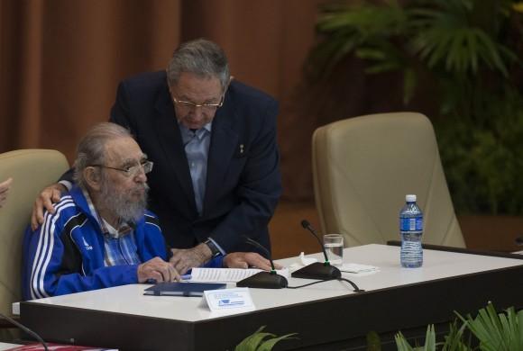Fidel Castro, sentado, es cumplimentado por su hermano, el presidente Raúl Castro, tras su intervención durante la clausura del VII Congreso del Partido Comunista Cuba, el 19 de abril, en La Habana. Crédito: Ismael Francisco/ Cubadebate