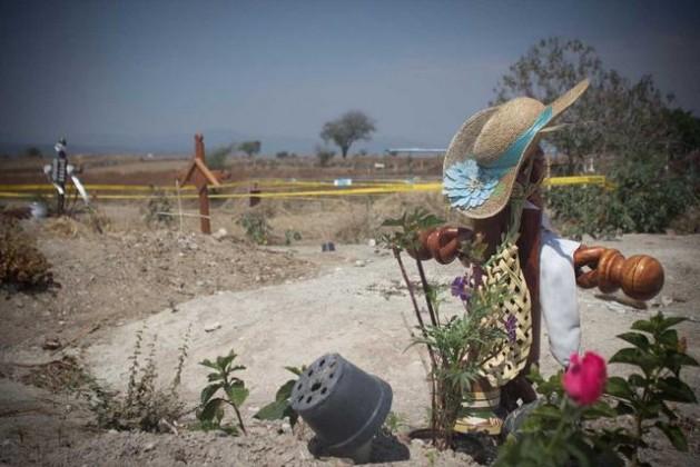 El equipo de reconocimiento genético de la Universidad Autónoma de Morelos espera poder tomar muestras de los cuerpos hallados en fosas clandestinas. Crédito: Ana Cristina Ramos y Arturo Contreras/ A pie de Página