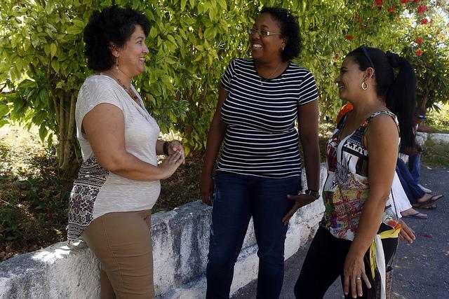 De izquierda a derecha, la informática Ana Regina García, la pastora Izett Samá y la educadora Adys María Calzadilla conversan en un receso del Seminario Evangélico de Teología, realizado el 29 de abril en la ciudad de Matanzas, capital de la provincia cubana del mismo nombre. Crédito: Jorge Luis Baños/IPS