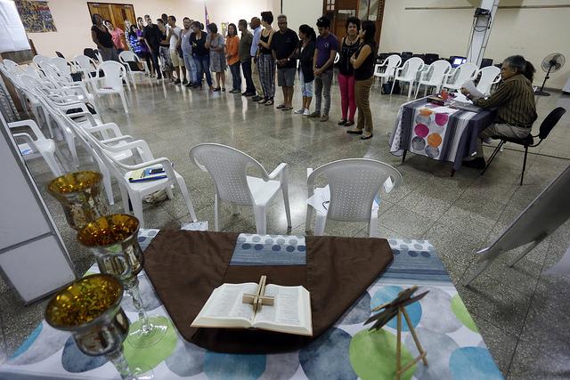 """Algunos de los participantes realizan un ejercicio colectivo durante el taller  """"Derechos económicos, sociales y culturales y perspectiva de derechos humanos"""", efectuado en el Centro Cristiano de Reflexión y Diálogo de la ciudad de Cárdenas, en Cuba. Crédito: Jorge Luis Baños/IPS"""