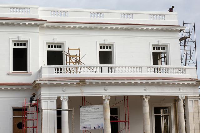 Trabajadores de una cooperativa de construcción y restauración de edificaciones laboran en la remodelación de la  biblioteca central de la Casa de Las Américas, institución cultural ubicada en el barrio de Vedado, en la capital de Cuba. Crédito: Jorge Luis Baños/IPS