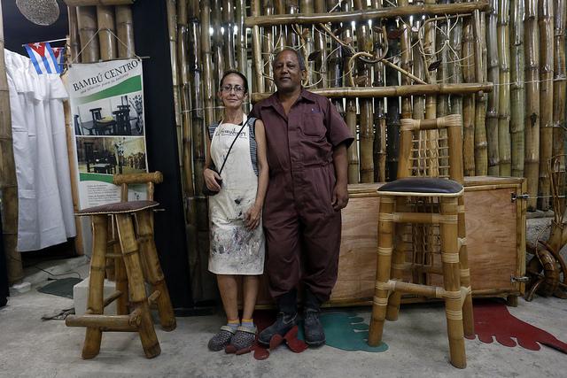 Los confundadores del Proyecto Bambú Centro, Gisela Vilaboy y Carlos Martínez, en su taller en el barrio chino de La Habana, en Cuba. Los dos esperan el demorado permiso para reconvertir su emprendimiento en una cooperativa. Crédito: Jorge Luis Baños/IPS