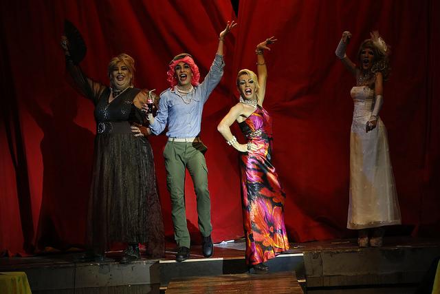 Actores del grupo Cubano Teatro El Portazo interpretan personajes travestidos en el espectáculo El Café Cubano, en la sala Tito Junco del Centro Cultural Bertolt Brecht, en La Habana. Crédito: Jorge Luis Baños/IPS