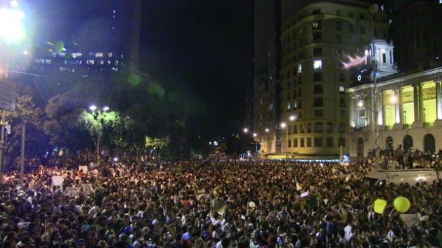 Una de las multitudinarias protestas de junio de 2013 en Río de Janeiro, cuando comenzó la tendencia a las manifestaciones de protesta que en diferentes ciclos persisten hasta ahora en Brasil. Crédito: Fabíola Ortiz/IPS
