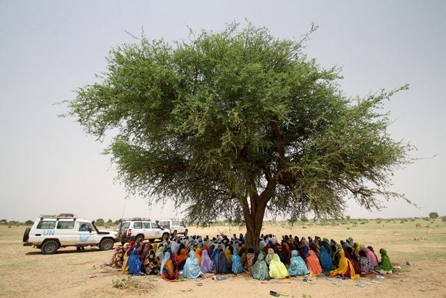 En Sudán, las mujeres forman una fila para recibir alimentos en Tawilla, un sitio para personas desplazadas llegan huyendo de Jebel Marra, en Darfur. Ese tipo de asistencia de emergencia resta fondos para proyectos de nutrición en Jartum. Crédito: OCHA.