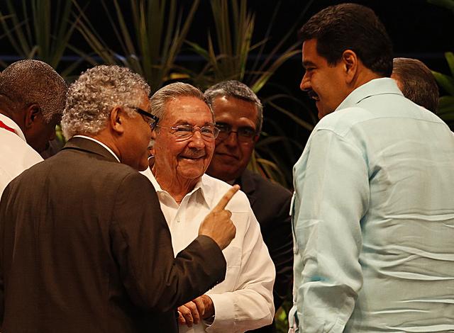 En primer plano, conversan de derecha a izquierda, el secretario general de la Asociación de Estados del Caribe (AEC), el colombiano Alfonso Múnera, con el anfitrión de su VII cumbre, el presidente cubano Raúl Castro, y el mandatario de Venezuela, Nicolás Maduro. Crédito; Jorge Luis Baños/IPS