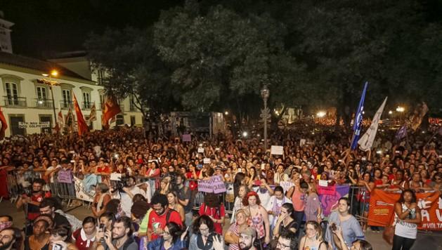 """Manifestantes de izquierda, durante un acto de """"mujeres por la democracia y contra el golpe"""", realizado el 2 de junio en Río de Janeiro. En Brasil se discute si la izquierda puede salir de su crisis solo con regenerarse o requiere reconstruirse totalmente. Crédito: Roberto Stuckert Filho/PR"""