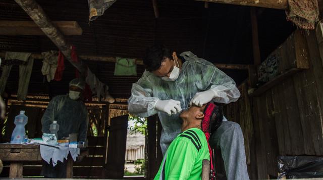 Un operativo de tratamiento bucal en marzo de 2016 en una comunidad indígena del noroccidental estado de Acre, en Brasil, que forma parte del programa de Bolsa Familia. Economistas critican que estos programas no trasciendan el asistencialismo para promover cambios estructurales en la distribución del ingreso. Crédito: Arison Jardim/ Secom