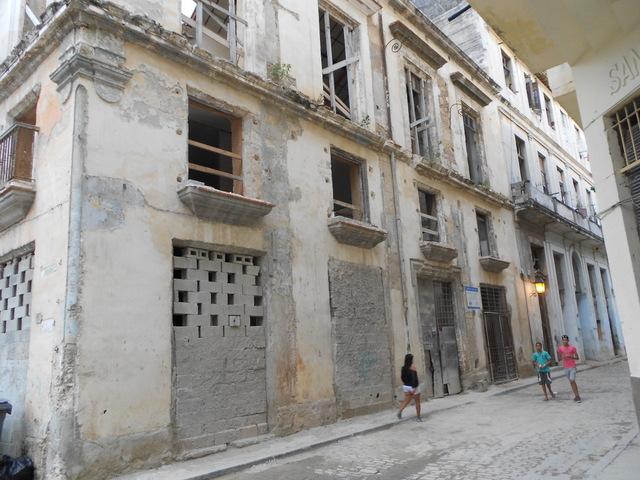Un edificio en reparación de La Habana, en Cuba. Los países en desarrollo demandan que de la tercera Conferencia de las Naciones Unidas sobre Vivienda y Desarrollo Urbano Sostenible, salga el financiamiento necesario para promover la nueva agenda para las ciudades, que deberá articular ONU Hábitat. Crédito: Cortesía de Emilio Godoy