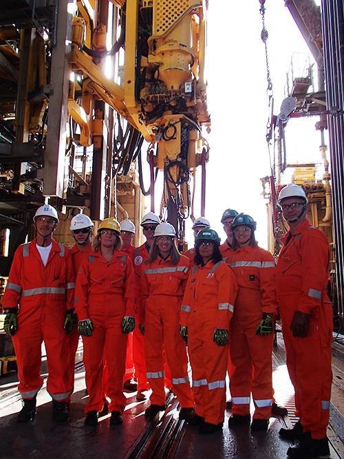 La ministra de Industria, Energía y Minería, Carolina Cosse (tercera a la izquierda) con altos funcionarios de la empresa petrolera Ancap, durante su visita al buque plataforma donde se explora la existencia de hidrocarburos en aguas ultraprofundas, a 250 kilómetros de la costa de Uruguay. Crédito: Ancap