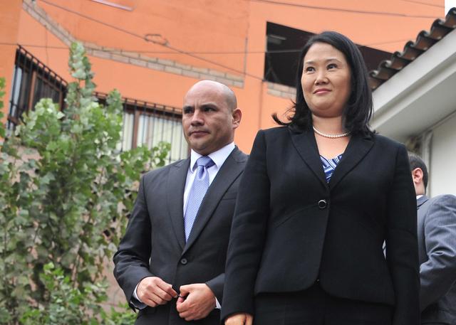 Keiko Fujimori, con el temporalmente separado secretario general de su partido, Fuerza Popular, Joaquín Ramírez, con varias acusaciones por actividades vinculadas al narcotráfico, a quien la candidata ha ratificado su confianza. Crédito: Cortesía de La República